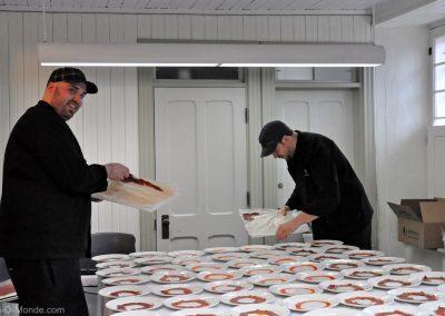 2011-04-29 Deux cuisiniers du service de traiteur du Bistro La Cohue à l'oeuvre