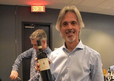 2019-10-17 Mario Olivero tenant une bouteille d'Alfiera